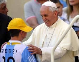 Frente a miles de personas, el pontífice hizo un regalo a un joven con síndrome de Down que recordará.