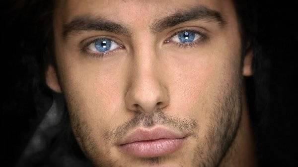 Ojos azules del pelo moreno
