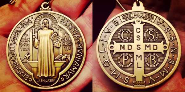 Significado e historia de la medalla de San Benito