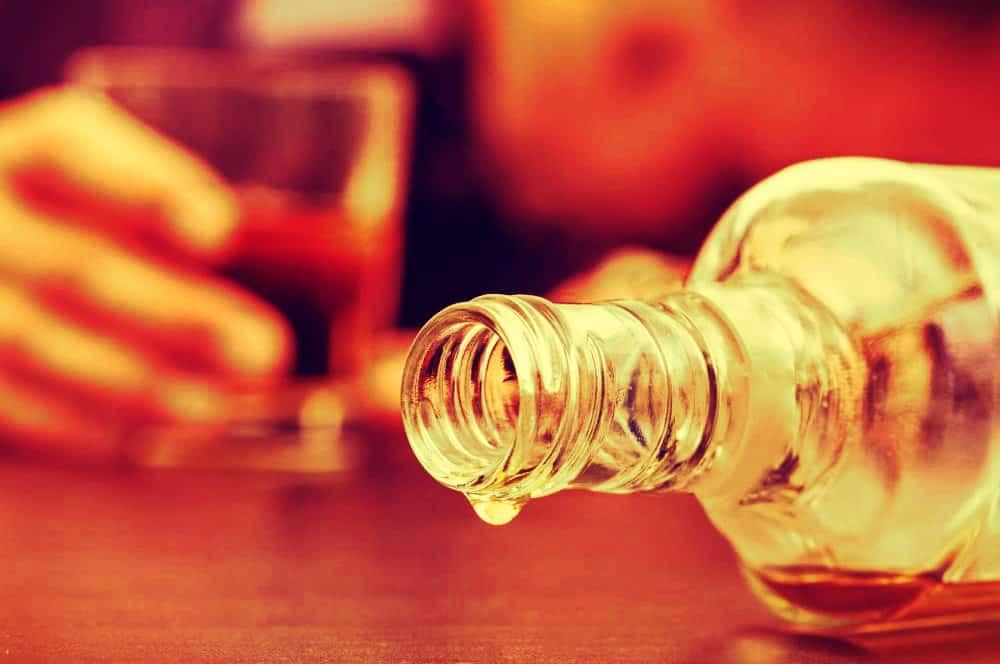 El marido ha bebido aguardiente la botella