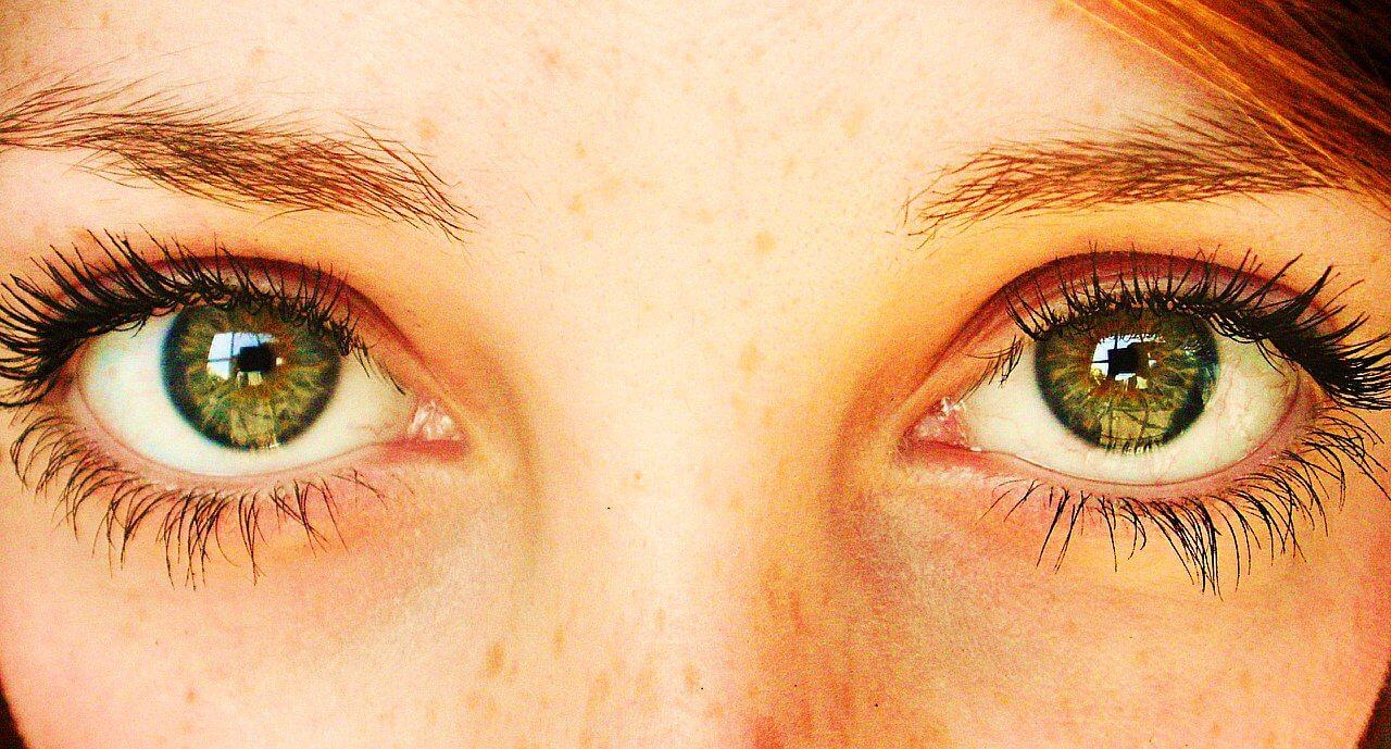 Tener Ojos Sanpaku – El blanco del ojo se hace visible bordeando el iris