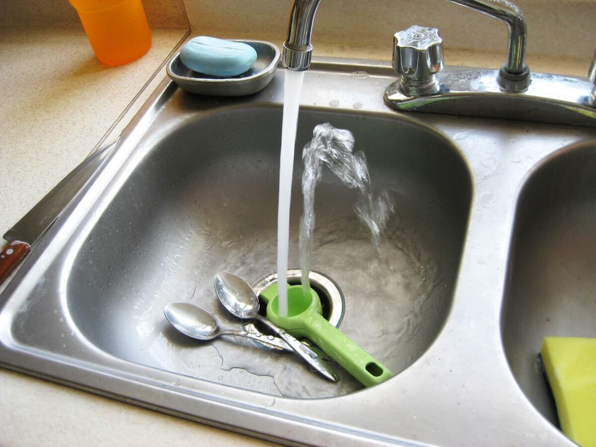 Supersticiones ¿Por qué no se debe lavar los platos cuando estás de visita?
